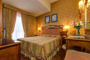 A bed or beds in a room at Hotel Villa Morgagni