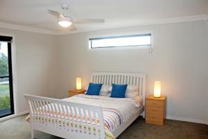 A bed or beds in a room at Stylish Living- Fireplace, WiFi, Linen, 4 bdrm, Beach 850m