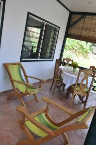 A restaurant or other place to eat at La Bel Zilwaz Self Catering