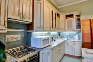 Кухня или мини-кухня в Apartment Petrogradsky