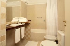 A bathroom at Cyan Calafate Hotel