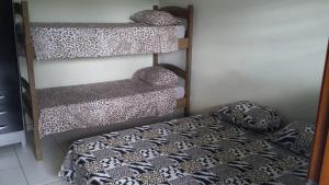 Uma ou mais camas em beliche em um quarto em Hotel Pousada Praia e Sol