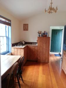 A kitchen or kitchenette at Jolly Painter Bed and Breakfast