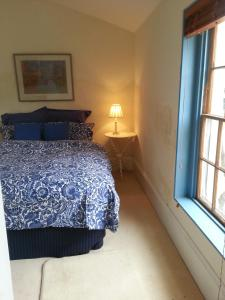 A bed or beds in a room at Jolly Painter Bed and Breakfast