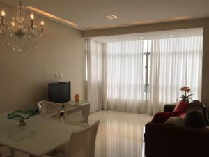 A television and/or entertainment centre at Apartamento Baía Sol
