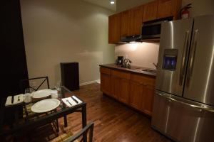 Кухня или мини-кухня в The Lion Inn & Suites