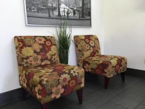 A seating area at Chestnut Tree Inn Portland Mall 205