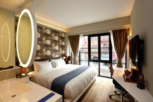 Ein Bett oder Betten in einem Zimmer der Unterkunft NobleDEN Hotel