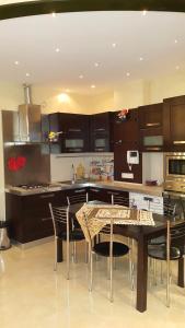 A cozinha ou cozinha compacta de Modern Apartment On Hasanoghlu str