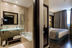 A bathroom at LCB Hotel Fuenlabrada