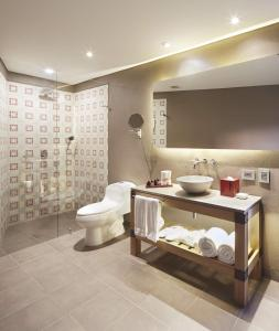 A bathroom at The Artisan D.C. Hotel, Autograph Collection