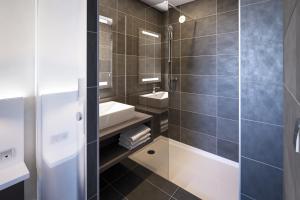 A bathroom at Kyriad Troyes Centre