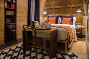 Cama ou camas em um quarto em Browns Central Hotel