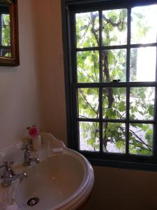 A bathroom at Jolly Painter Bed and Breakfast
