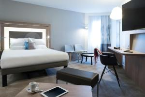 A bed or beds in a room at Novotel Château de Versailles