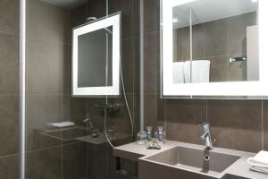 A bathroom at Novotel Château de Versailles