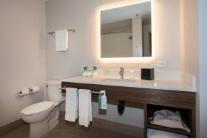 A bathroom at Holiday Inn Express & Suites Victoria-Colwood