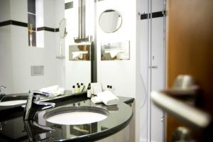 A bathroom at Crowne Plaza Brussels Airport