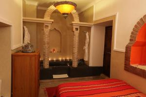 A bed or beds in a room at Riad Zehar