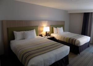 A bed or beds in a room at Country Inn & Suites by Radisson, Flagstaff, AZ