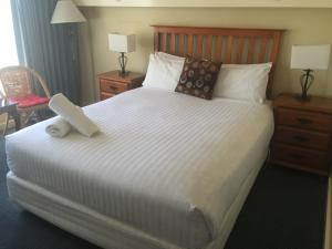 A bed or beds in a room at Aberdeen Motor Inn