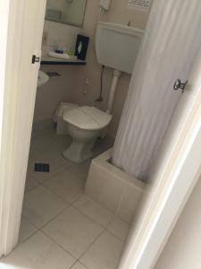 A bathroom at Aberdeen Motor Inn
