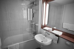 A bathroom at Campanile Vichy - Bellerive