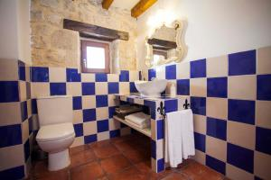 A bathroom at Hotel Rural La Torre de Bisjueces