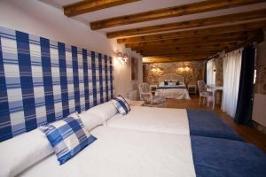 A bed or beds in a room at Hotel Rural La Torre de Bisjueces