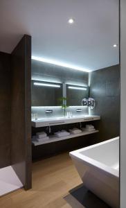 A bathroom at Hôtel In Situ