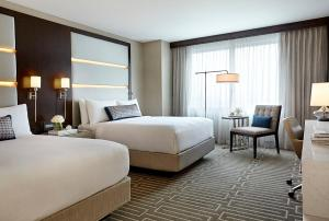 A bed or beds in a room at JW Marriott Minneapolis Mall of America