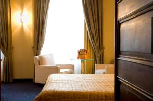 A bed or beds in a room at Hotel International