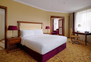 Een bed of bedden in een kamer bij Moscow Marriott Royal Aurora Hotel
