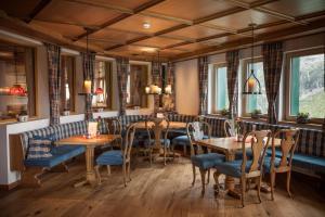 Ein Restaurant oder anderes Speiselokal in der Unterkunft Berghotel Rudolfshütte
