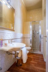 A bathroom at Signoria Charme Apartment