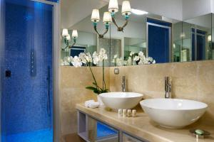 A bathroom at Lifestyle Suites Rome