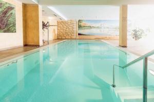 Der Swimmingpool an oder in der Nähe von Natur- und Wanderhotel Outside