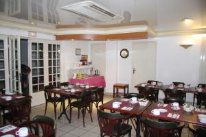 A restaurant or other place to eat at Brit Hotel Cherbourg
