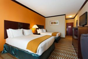 A bed or beds in a room at Holiday Inn Express & Suites Corpus Christi-Portland