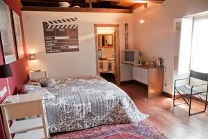 A bed or beds in a room at Pazo de Verdes