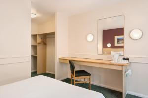 A bed or beds in a room at Days Inn Hotel Sheffield South
