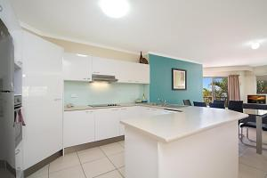A kitchen or kitchenette at Blue Waters Apartments