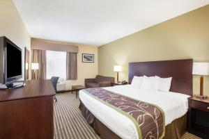 A bed or beds in a room at Days Inn by Wyndham Brewerton/ Syracuse near Oneida Lake