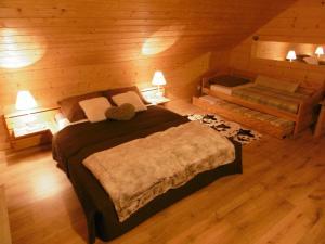 A bed or beds in a room at Gite Au Coeur Du Chalet en Belledonne vers Prapoutel Les 7 Laux
