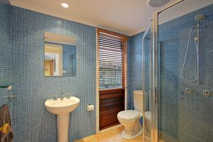 A bathroom at Harkaway Holiday House Byron Bay