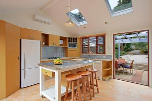 A kitchen or kitchenette at Harkaway Holiday House Byron Bay