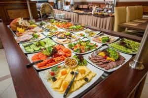 Obed a/alebo večera pre hostí v ubytovaní Conrad Hotel