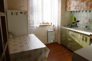 Кухня или мини-кухня в Apartment Navaginskaya 12-1