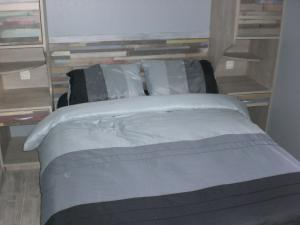 A bed or beds in a room at Coquelicotel