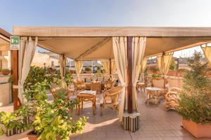 Hotel Impero tesisinde bir restoran veya yemek mekanı